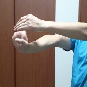 腕の静的ストレッチ2