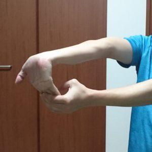 腕の静的ストレッチ1