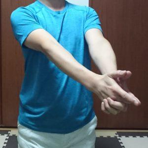 肘の動的ストレッチ